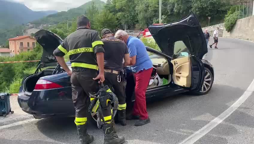 Auto esce di strada e precipita in una scarpata a Erli