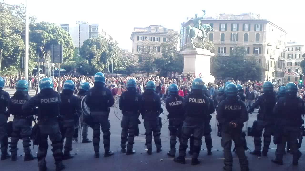 Scontri in piazza Corvetto tra antifascisti e polizia per il comizio di Casapound