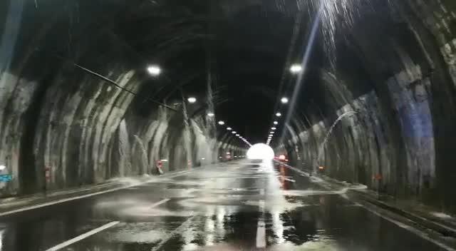Autostrade, il video in A26 durante l'alluvione: cascate d'acqua dalle pareti della galleria