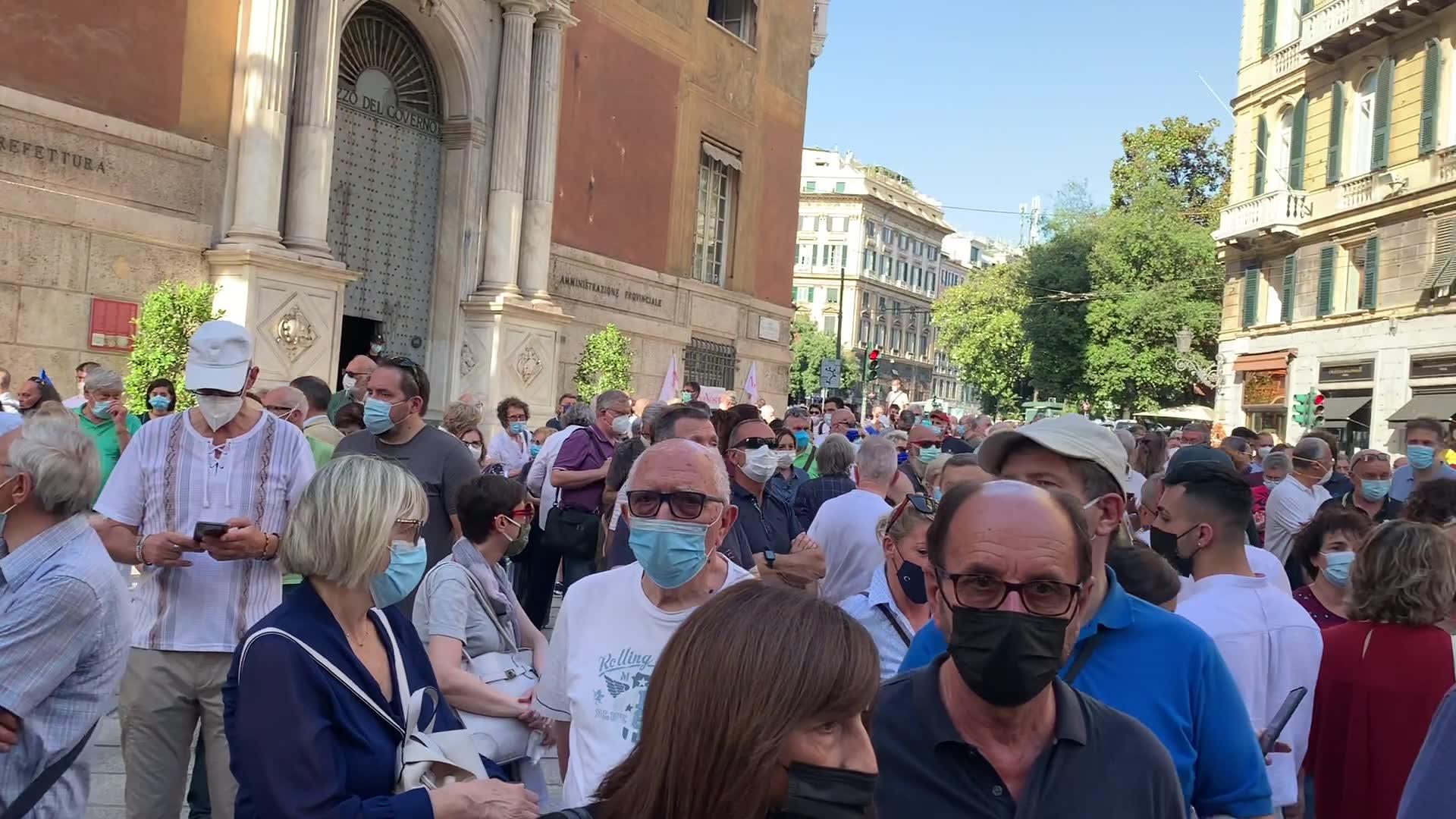 Genova in piazza contro l'accordo per la cessione di Autostrade allo Stato