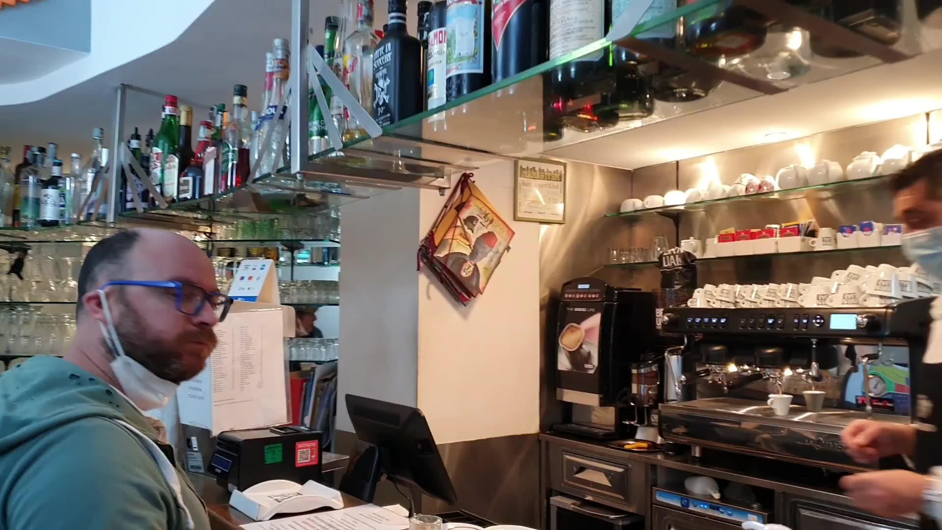 """Anche a Genova torna il rito del caffè al banco: """"Tutta un'altra cosa, ora si riparte davvero"""""""