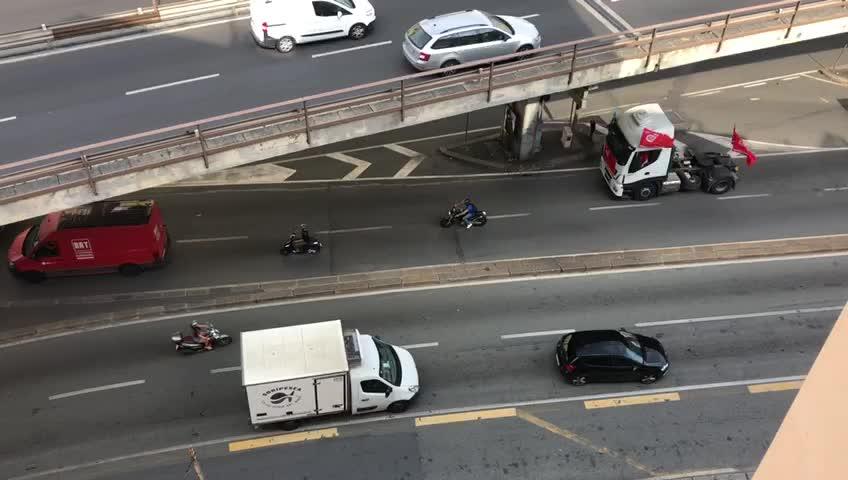 Sciopero dei trasporti, il corteo dei mezzi in transito nelle strade di Genova