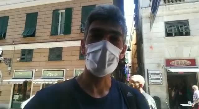Mascherine all'aperto, a Genova molte persone continuano a indossarla: ecco perché