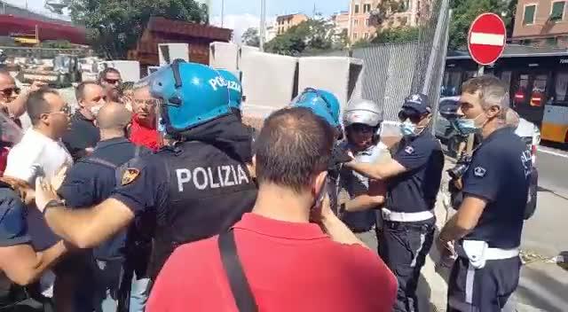 Ex Ilva, ispettore della polizia locale in scooter cerca di forzare il blocco: parapiglia con i manifestanti