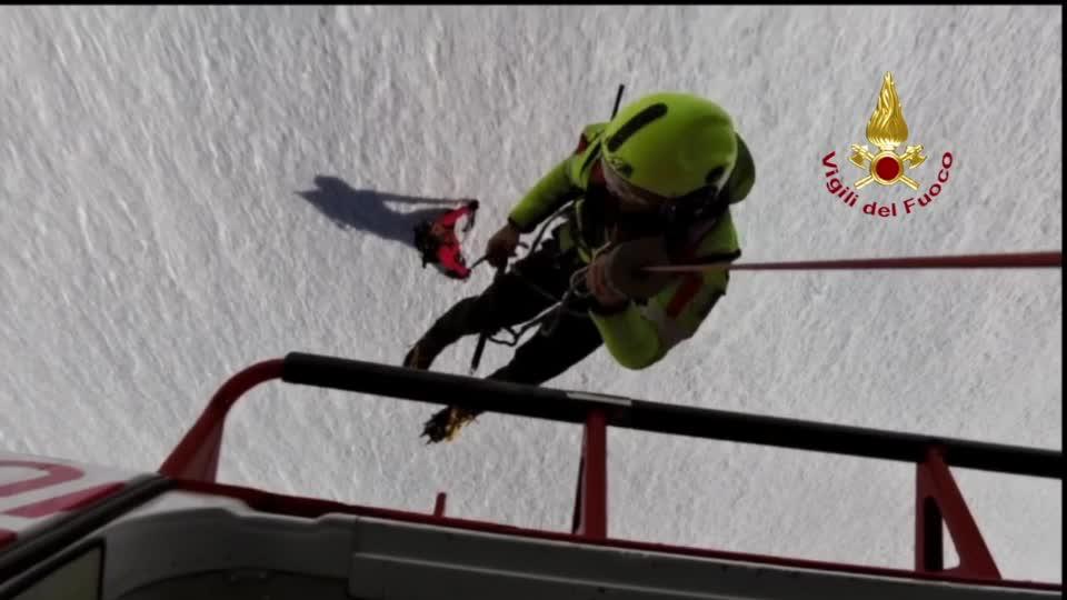 """Video: Alpinista bloccato sul nevaio della Grigna, lo soccorre il """"Drago 84"""""""