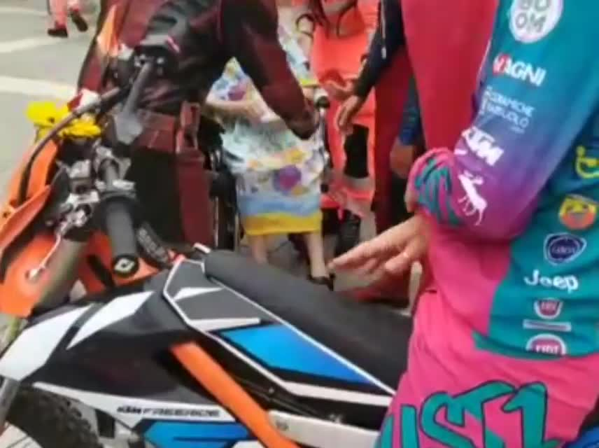 Savona, grande emozione per una nonnina di 100 anni: sale in sella alla moto di Vanni Oddera