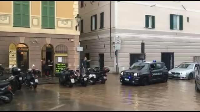 Loano, la pioggia gonfia il Nimbalto: allagate piazza Cadorna e via Trexende