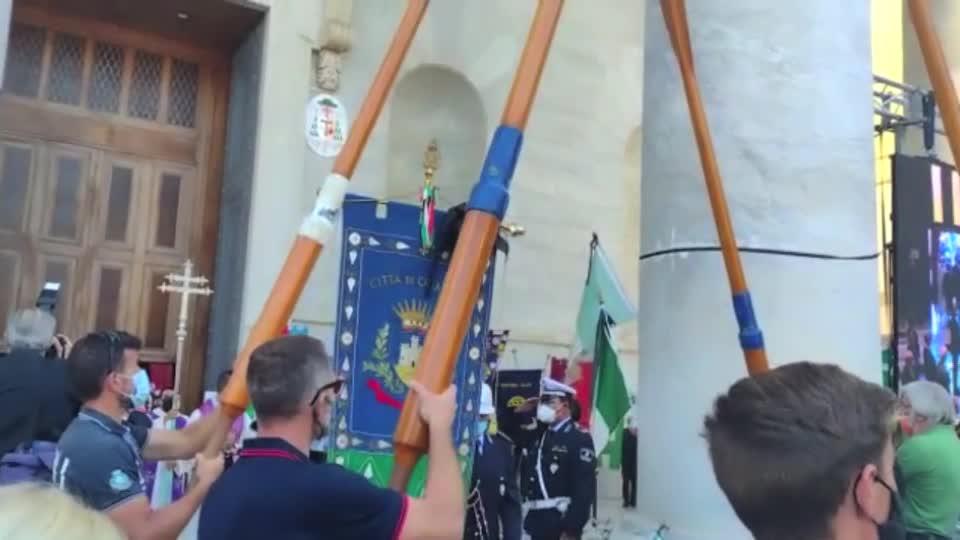 Funerale sindaco Di Capua: il feretro all'uscita della chiesa viene accolto dagli applausi