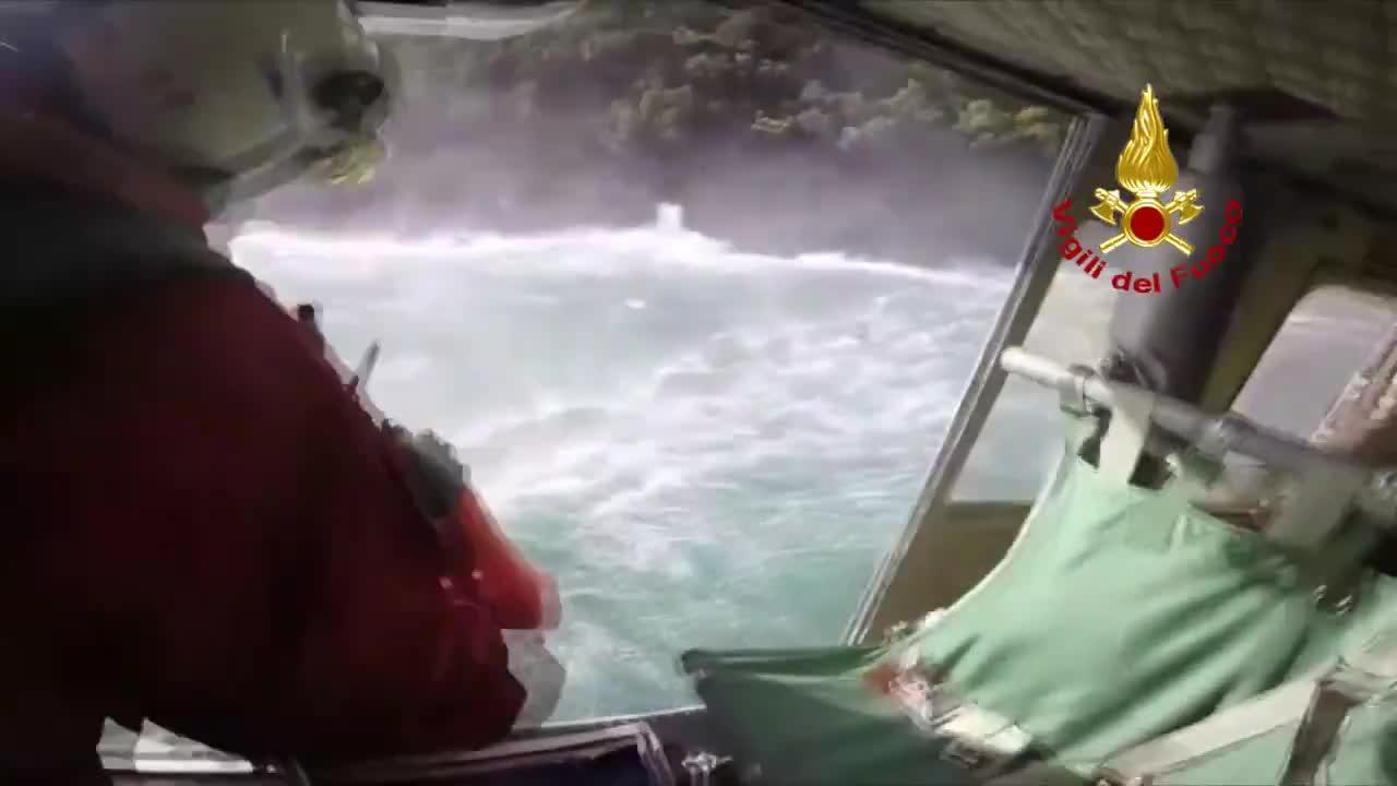 San Fruttuoso di Camogli, vigili del fuoco salvano un bagnante: il video