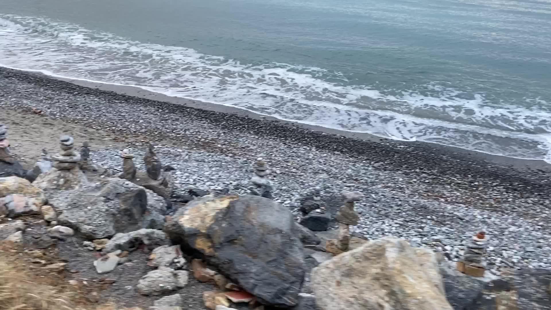 Gigi Cammarata ha trasformato il litorale di Ceriale in piccola Stonehenge