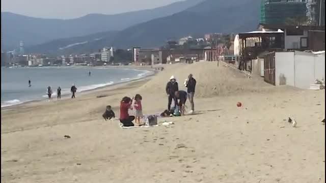 Savona, bagno in mare ad aprile