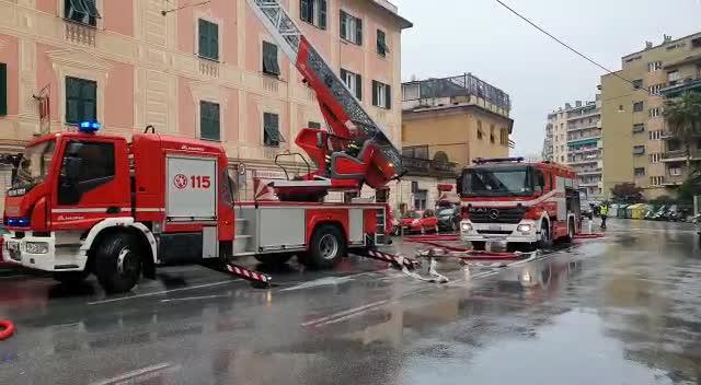 Via Fereggiano, incendio in un palazzo: donna e figli intossicati