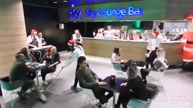 "Video: Le bariste di Malpensa ballano ""All I Want for Christmas is you"""