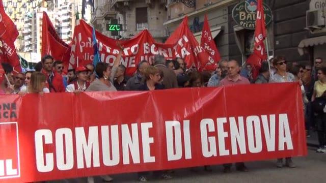 Video: Genova, il pubblico impiego scende in piazza: oltre mille in corteo