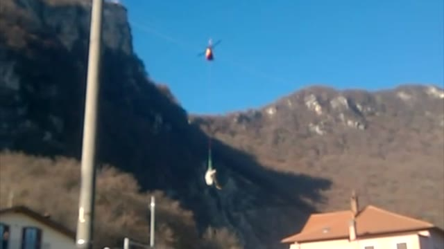Video: Recuperato il relitto dell'elicottero precipitato in Valceresio