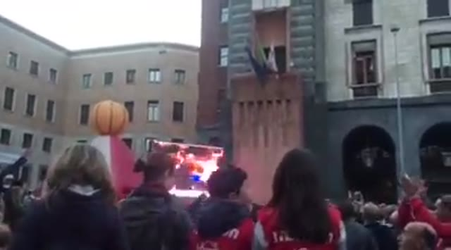 Video: Pallacanestro Varese in finale di Fiba Europe Cup, la festa in piazza