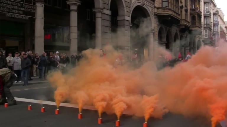 Video: Cortina di fumogeni e petardi: la protesta di Calp e centri sociali