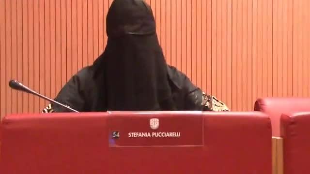 Regione, Pucciarelli in aula con il burqa: Bruzzone la caccia