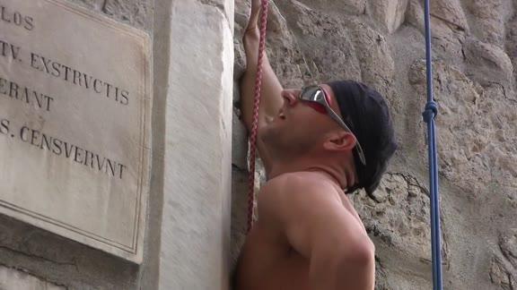 Video: La scalata a mani nude di Porta Soprana: l'impresa di Tazio Gaviolu
