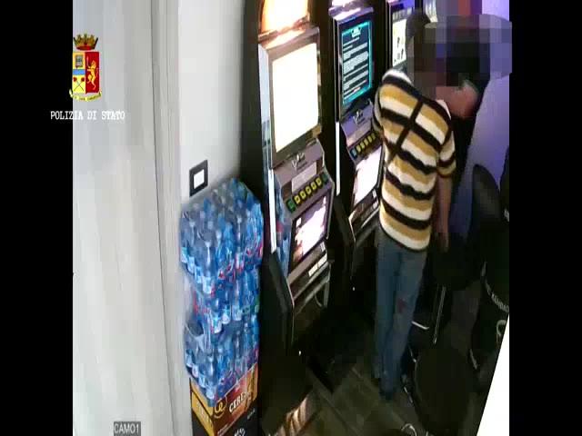 Video: Rubarono 5 mila euro per rigiocarseli alle slot, identificati