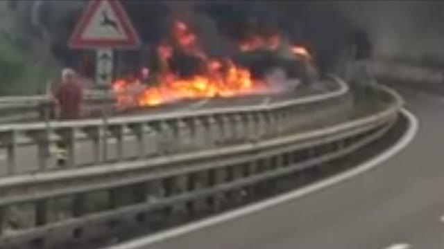 Video: Camion in fiamme sulla A1