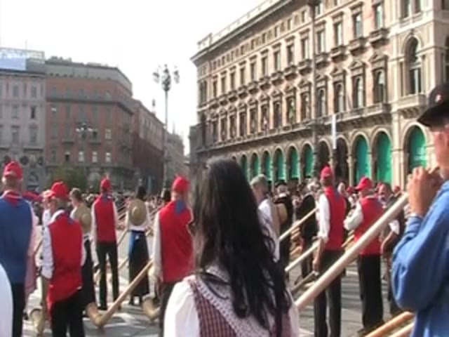 Video: Svizzera da record: concerto per 420 corni alpini in piazza Duomo