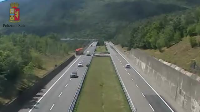 Video: Tir fa inversione in autostrada