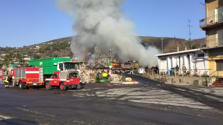 L'incendio al deposito di stoccaggio dei rifiuti a Cisano