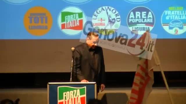 Il video della caduta di Silvio Berlusconi sul palco di Genova