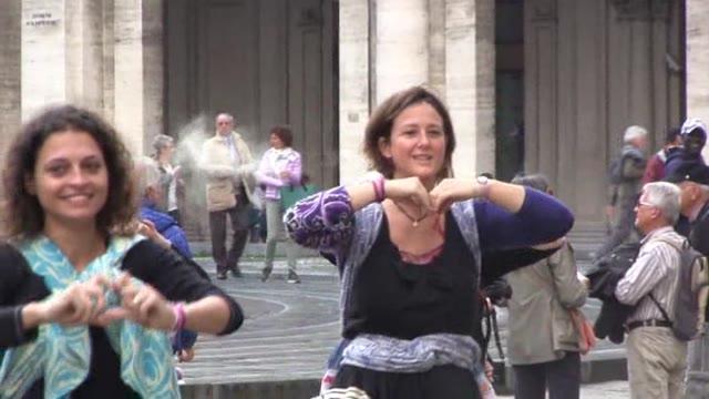Video: Babywearing, il flash mob delle mamme: balli in 'fascia' nella settimana dell'allattamento