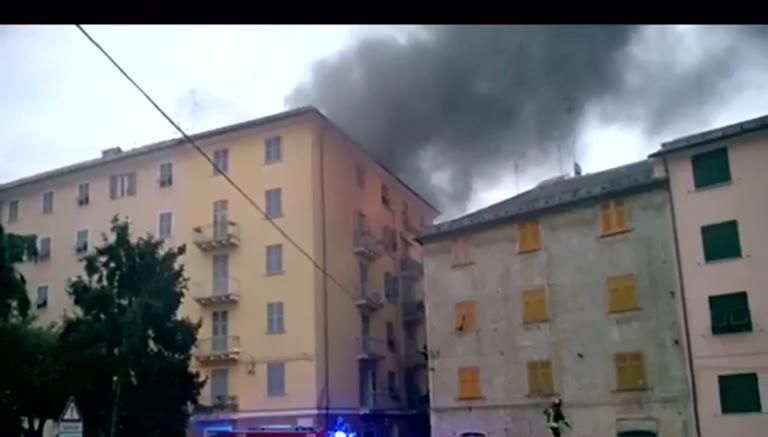 Sestri ponente, a fuoco il deposito dell'azienda Merello