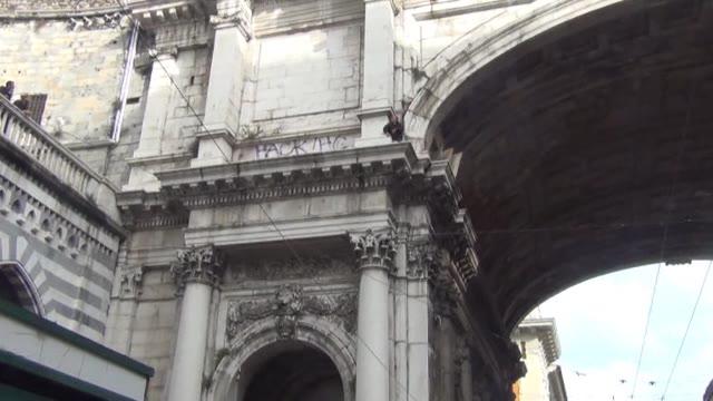 Video: Ambulante sale di nuovo sul Ponte Monumentale e minaccia di buttarsi