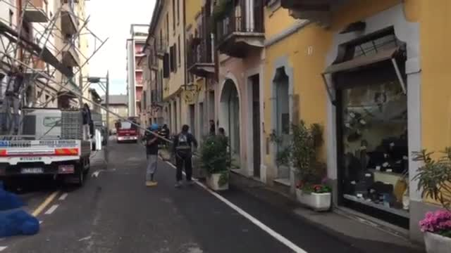 Video: Crolla un ponteggio in via Rossini a Varese