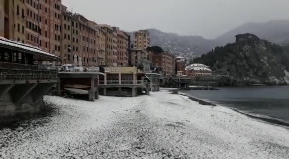 Neve sul mare: spettacolo ma il pericolo ora è il rischio gelate