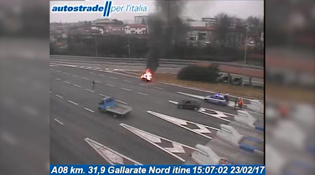 Video: Auto in fiamme al casello