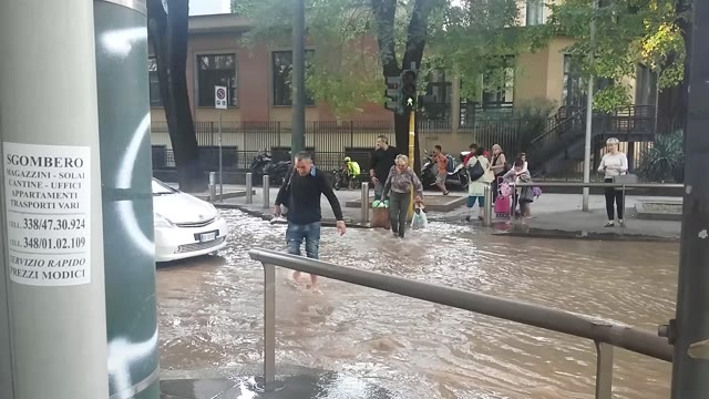 Video: MILANO – Si rompe un tubo, via Filzi allagata
