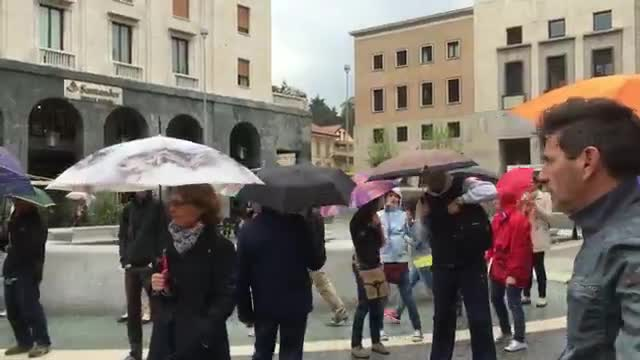 "Video: Sentinelle e ""cattivi"" si confrontano in piazza"