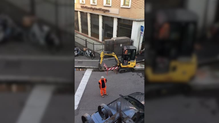 Video: Tranciato un tubo, perdita d'acqua in centro
