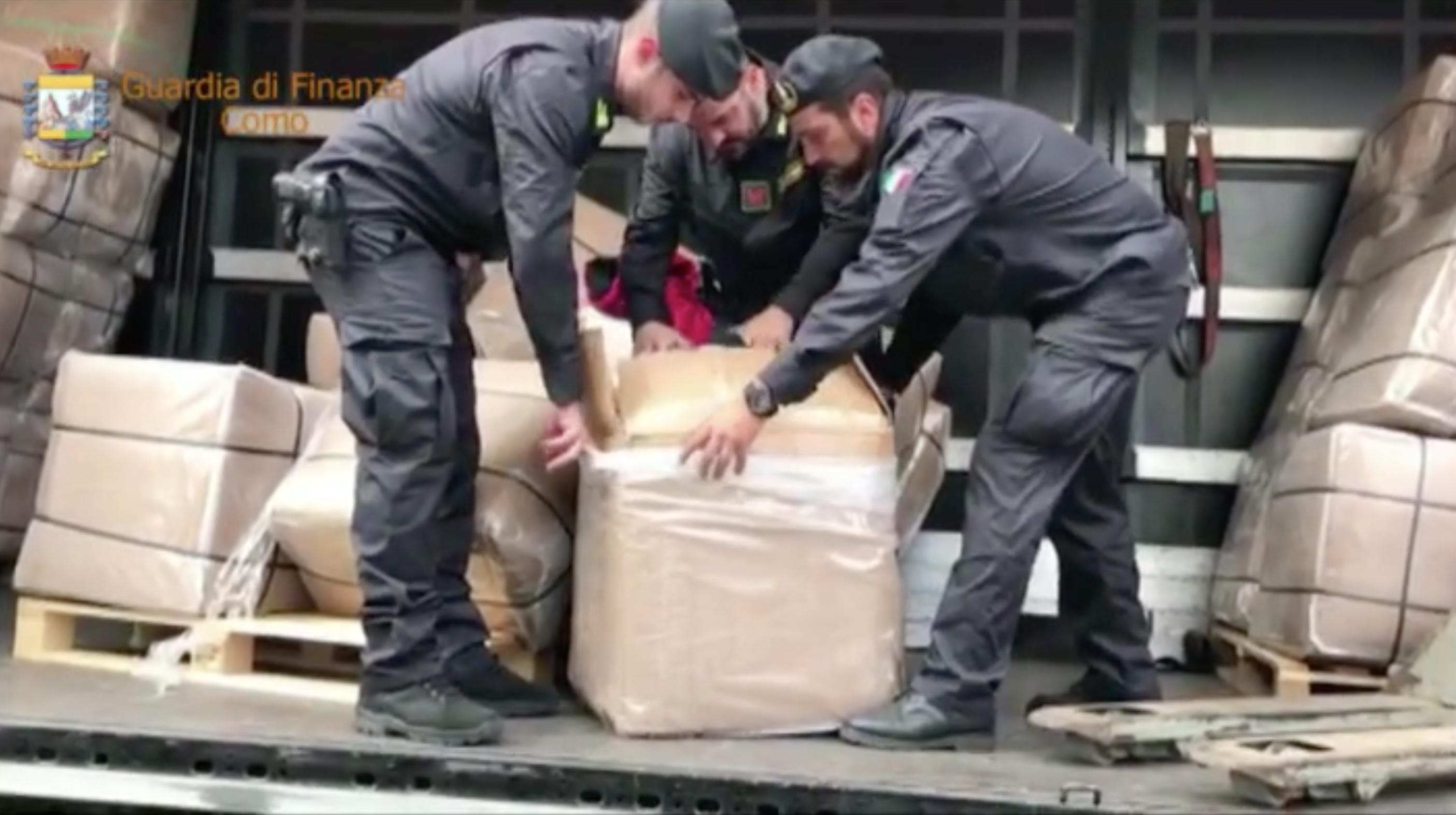 Video: 13.000 giubbotti falsi trovati su un camion al confine