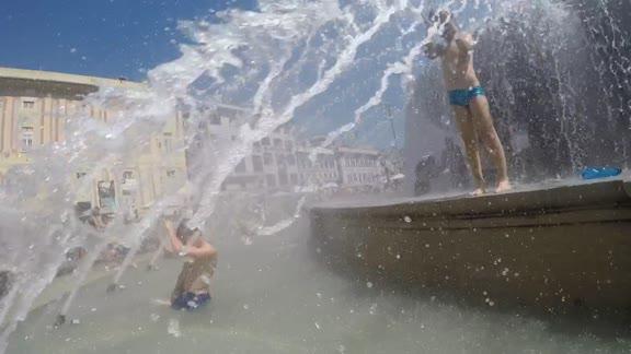 """Immersi nella fontana di piazza De Ferrari, la """"fiesta prohibida"""" alternativa al maxiscivolo di via XX"""