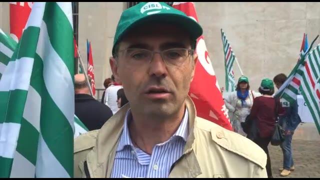 """Video: I dipendenti pubblici scendono in piazza: """"Meno soldi e meno personale, servizi a rischio"""""""