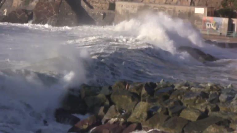 """Video: Stappata la prima bottiglia di """"Abissi"""", lo spumante invecchiato sott'acqua"""