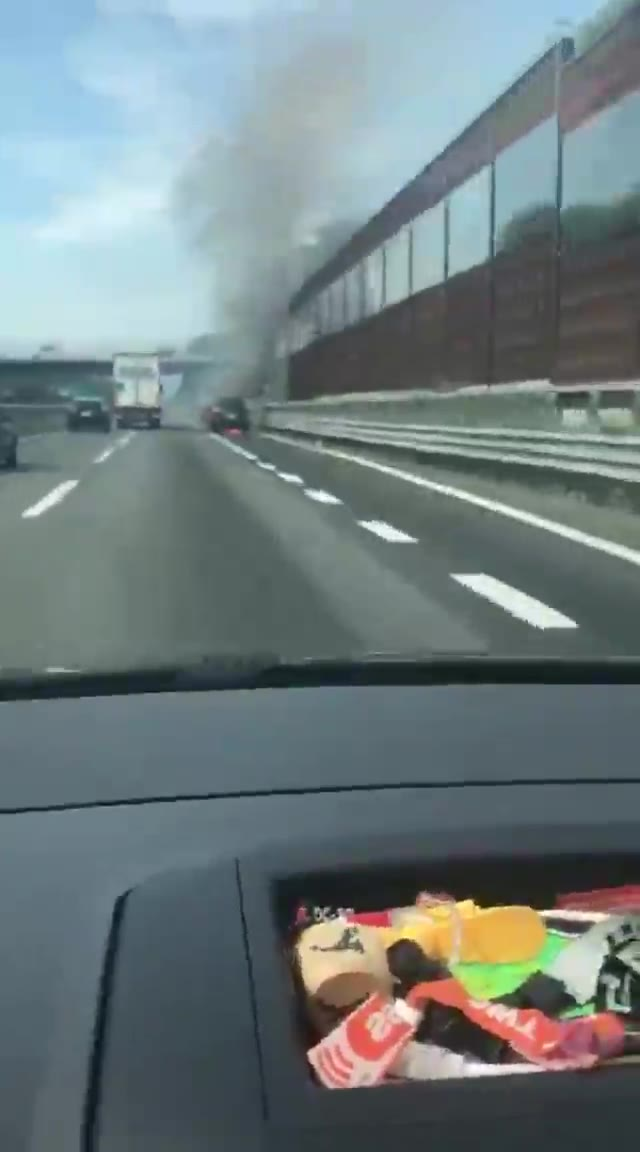 Video: Auto in fiamme in A8