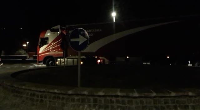 Rotonda di Finalpia ancora al centro delle polemiche: camion bloccato e viabilità in tilt