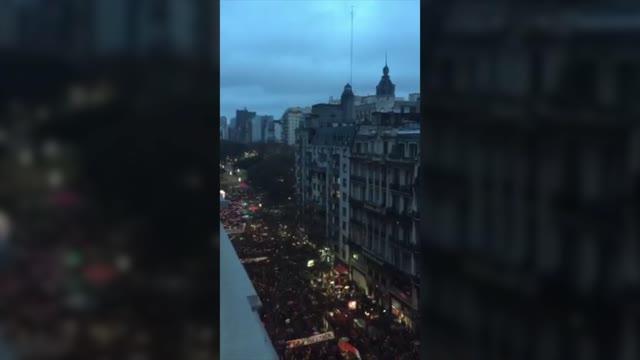 Video: Buenos Aires, l'attesa in strada per il voto del Senato