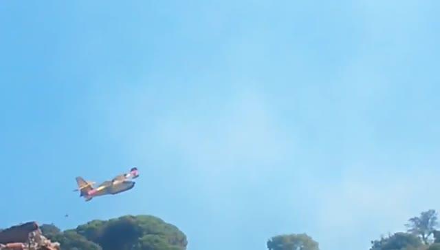 Incendio sul monte Fasce: canadair in azione