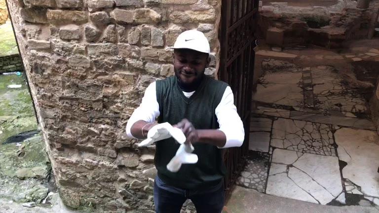 I migranti puliscono il Battistero di Albenga