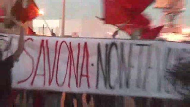 Video: Savona, gli antifascisti contestano Salvini