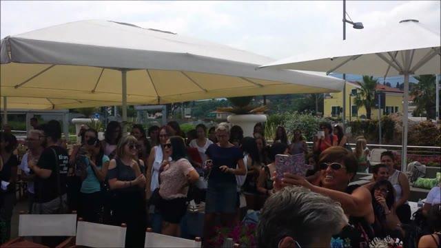 """Centinaia di fan a Marina di Loano per il """"Meet & Greet"""" con Ermal Meta"""