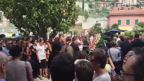 Video: Tovo, folla e commozione per l'ultimo saluto a Denise Aicardi